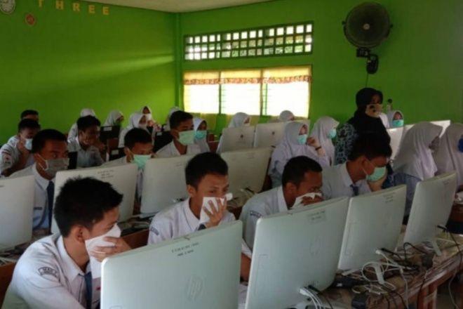 Tetap Laksanakan Ujian, Siswa di Bone Pakai Masker
