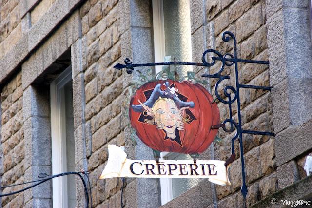 Insegna in ferro battuto nella cittadina di Saint Malo