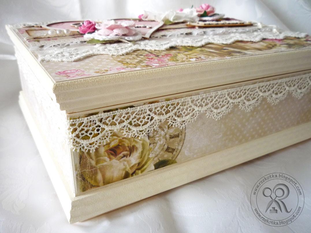 bok pudełka malowany i zdobiony koronką