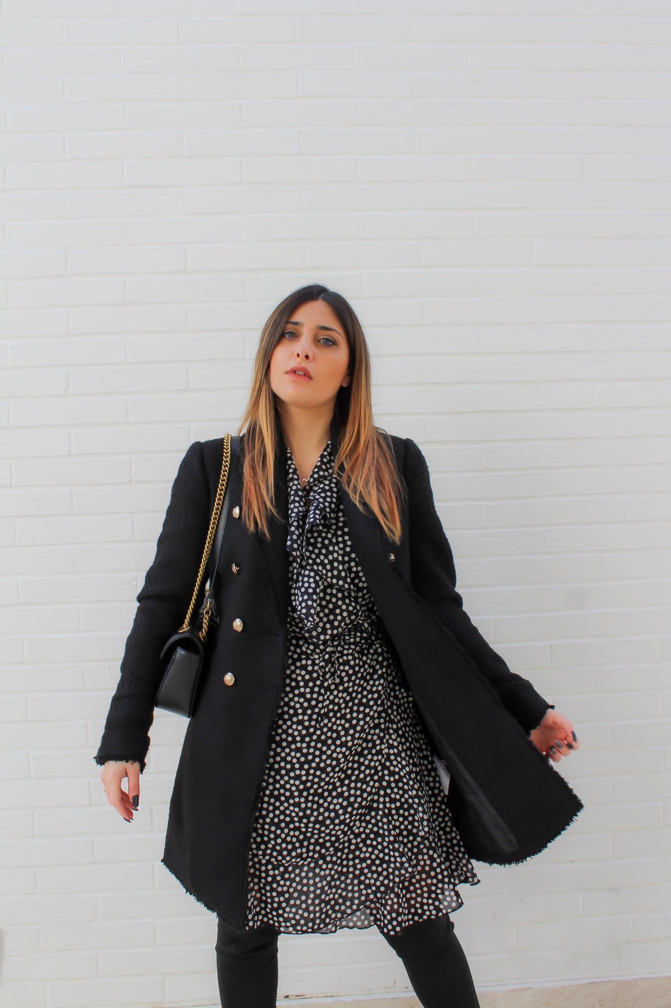 ragazza con giacca nera e bottoni dorati
