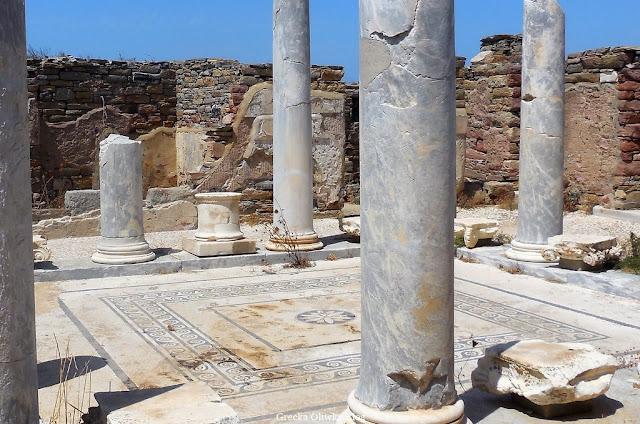 geometryczna mozaika w Domu na Jeziorem Delos Grecja, zabytkowe kolumny i ściany