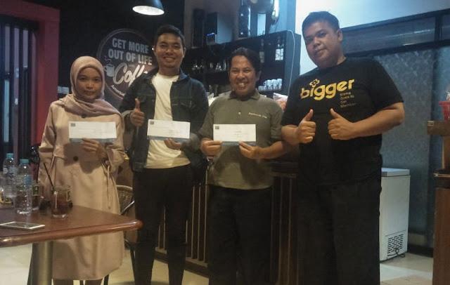 PEMENANG : Dari Kanan ke kiri : Edi Suprianto yang mewakli BFI Finance, Asep Haryono, Wahyu Eko Cahyanto dan Wydia Andriani di Platform Cafe Jalan Gusti Hamzah Pontianak.  Foto Edi Suprianto