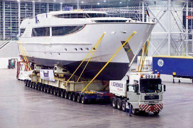 Transporte de barco com caminhão.