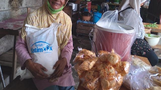 Rumah Yatim Cab Riau Serahkan Sembako Kepada Ibu Lansia Penjual Kripik Jengkol
