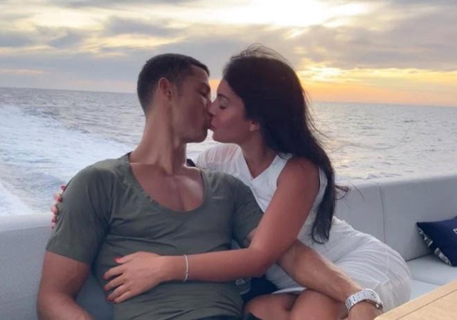 """Ronaldo mải diễn """"cảnh nóng"""" với bồ đẹp, HLV Pirlo xem xét bán cho PSG"""