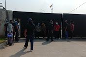 Kesal Soal Rekrutmen Tenaga Kerja, Puluhan Warga Geruduk PT. ULI dan Datangi Kantor Desa Sumurbandung