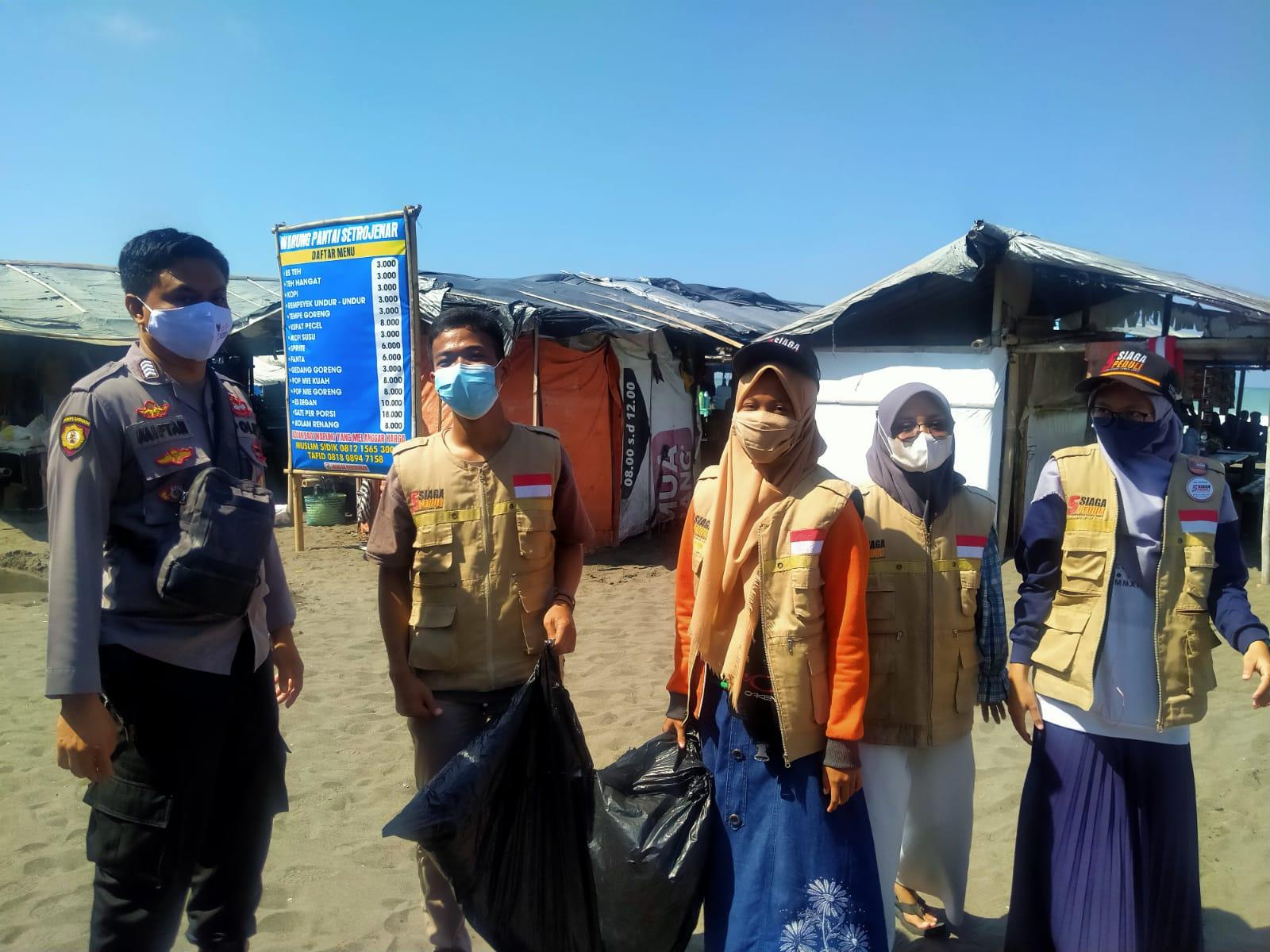 Bersama Relawan, Polsek Buluspesantren Bersihkan Pantai dan Bagikan Masker