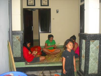Nyoman Misnawati Melaspas Rumah Kost di Dalung Bali