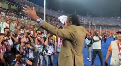 """""""Papilo"""" - Fans Hails Kanu As He Dances While Nigeria Beats South Africa At AFCON 2019"""