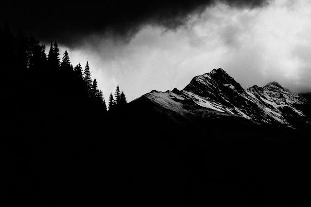 """Rudzkie Stowarzyszenie Inicjatyw Niebanalnych In-nI i Klub Fotograficzny """"Źródło"""" z Rudy Śląskiej zapraszają wszystkich miłośników gór, wędrowców, podróżników, turystów, wspinaczy, taterników, alpinistów, himalaistów, grotołazów narciarzy, snowboarderów, fotografów, zawodowców i amatorów do nadsyłania swoich prac na konkurs fotograficzny o tematyce górskiej."""