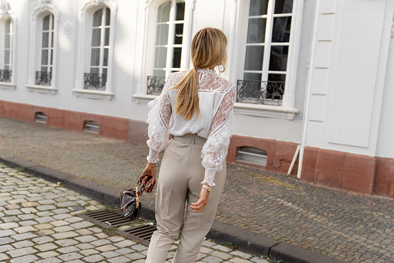 blouse-dentelle-blanche-pantalon-beige-loavies-taille-haute
