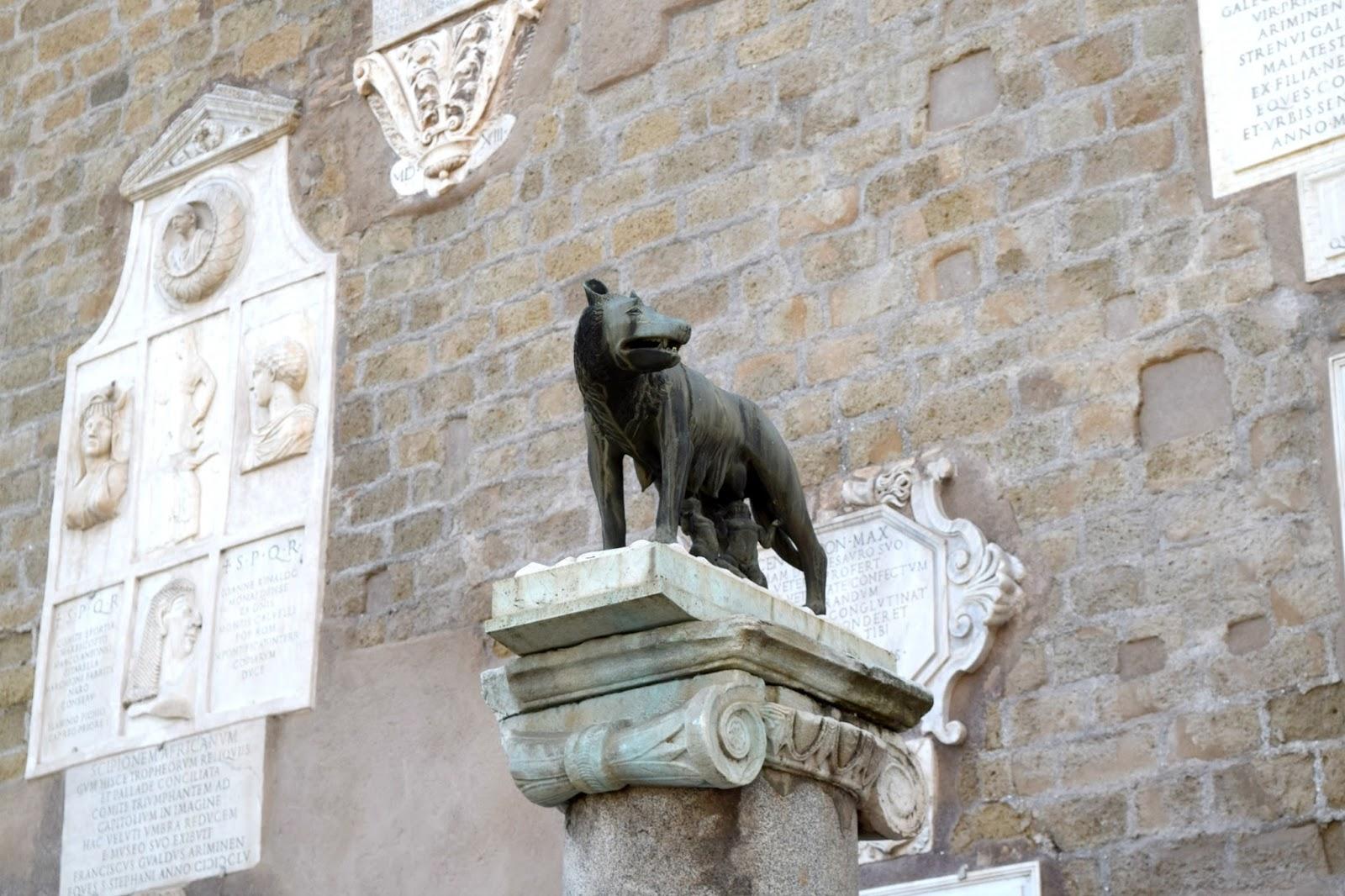 romano lupo wolf statue in rome