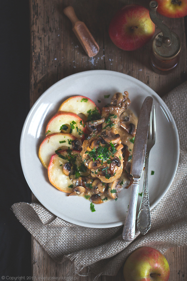 kurczak w cydrze z sosem pieczarkowym i karmelizowanymi jabłkami