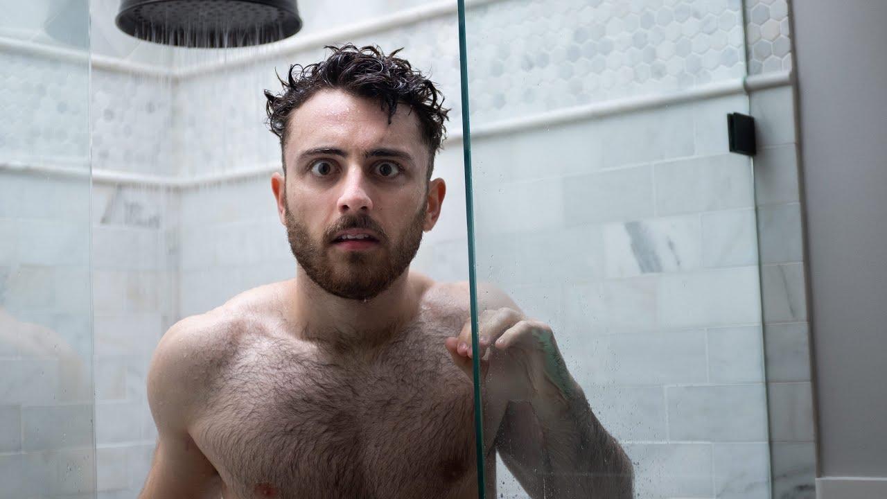 Nathaniel Drew tomando banho no youtube. Pelado, mas sem mostrar nada.