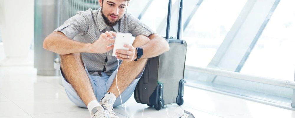 Usando celular no aeroporto