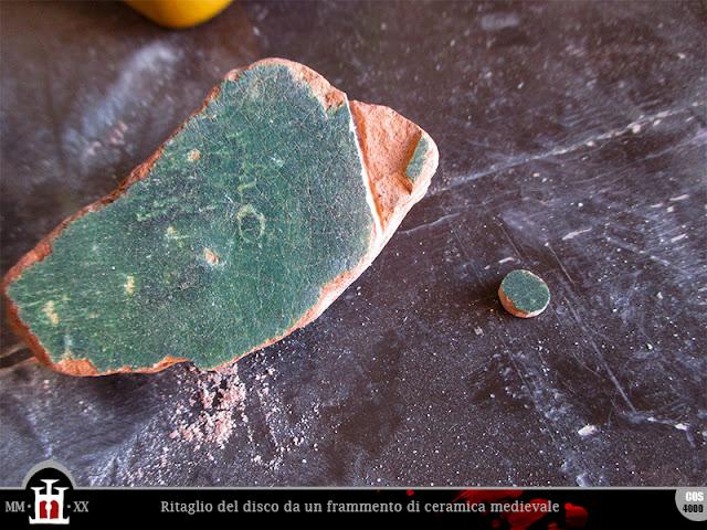 Ritaglio di un frammento di ceramica