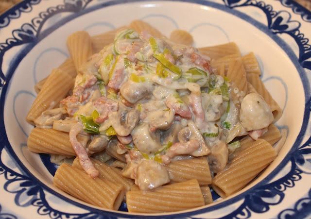 Opgemaakt bord met pasta