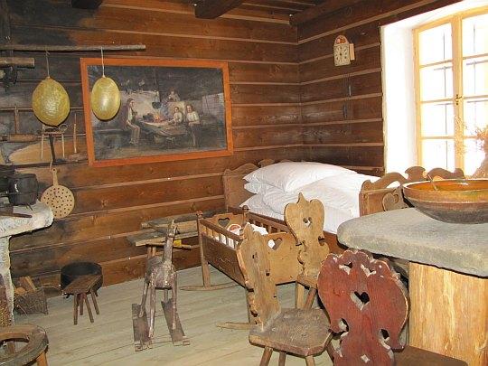 Rekonstrukcja wnętrza kurnej chaty z XIX wieku w Muzeum Beskidzkim w Wiśle.