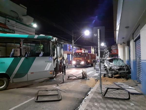 Carro bate em traseira de ônibus em avenida de Pouso Alegre e fica destruído