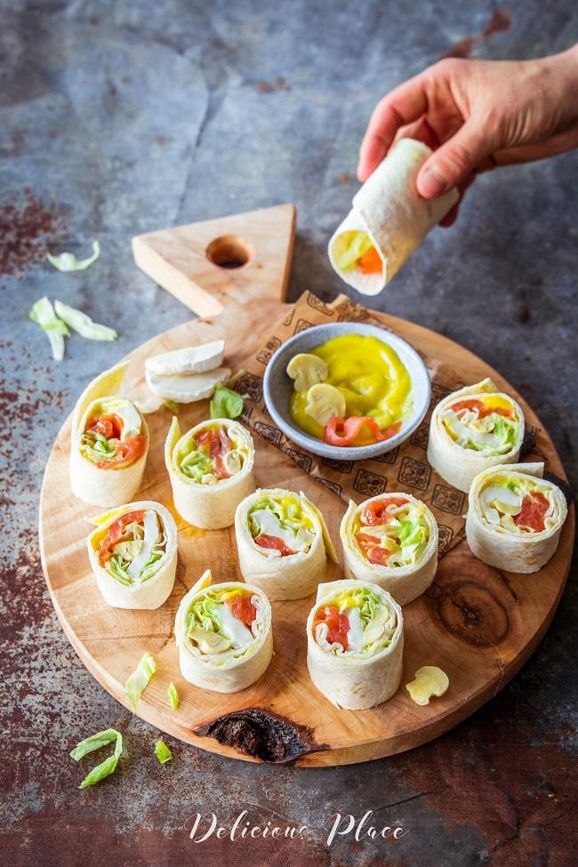Tortilla z wędzonym łososiem, pieczarkami, sosem aioli