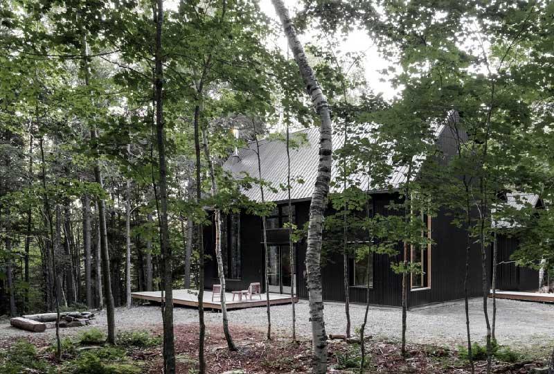 Un cottage in legno nero dalla forte ispirazione nordica