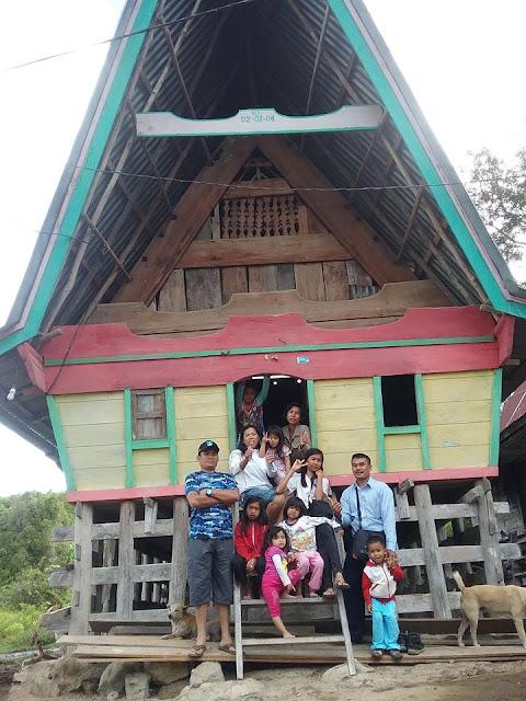 Keluarga kami di Rumah Oppung Simanjorang di Lumban suhi-suhi Dolok Pulau Samsoir.