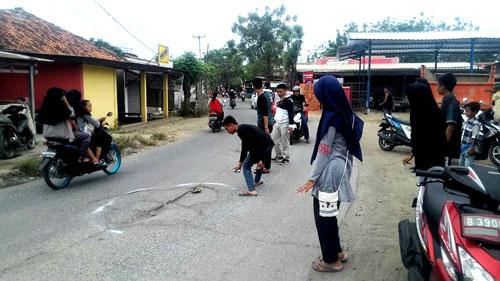Aktivis Rumah Pelangi Aksi Tandai Jalan Rusak Di Babelan