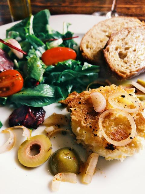 Kross ausgebackene Ziegenkäsetaler mit grünen Oliven und Bruschetta