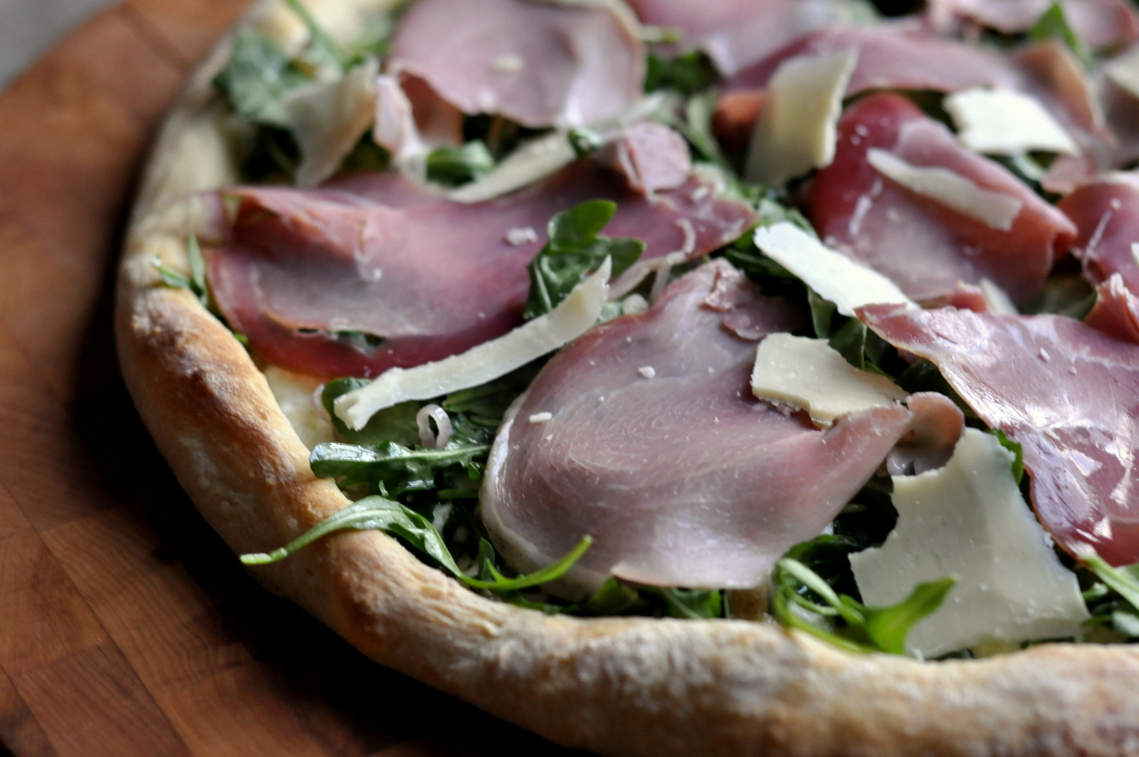 White Pizza with Fresh Arugula and Prosciutto on tasteasyougo.com