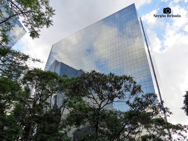 Perspectiva inferior da fachada do edifício Rochaverá Ebony Tower - Chácara Santo Antônio - São Paulo