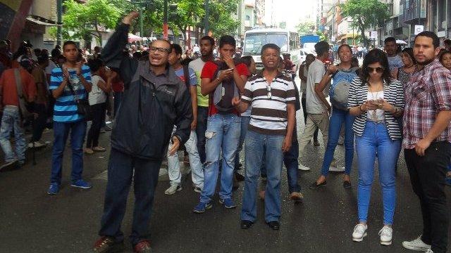 Caraqueños perdieron miedo a colectivos y GNB trancando Av Urdaneta cerca de la Defensoría