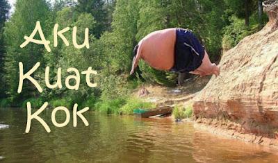 foto orang gemuk lucu sedang berenang terjun di sungai