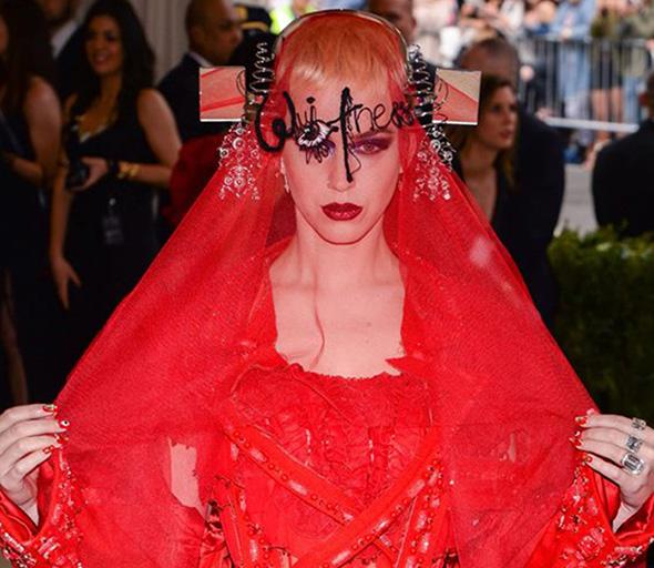 vestido illuminati de katy perry en la met gala con el ojo que todo lo ve