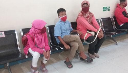 ADMINISTRASI :  Anak perempuan saya Tazkia (kiri) didampingi bunda dan kakaknya sedang menunggu proises pendaftaran ddi RS Untan Pontianak.  Foto Asep Haryono