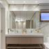 Banheiro com banheira e deck integrado ao closet!
