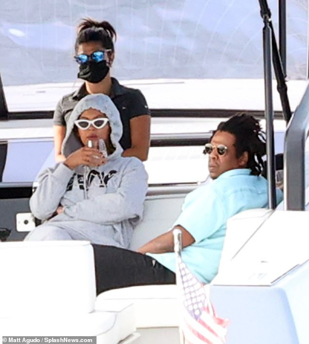 Beyonce, Jay Z take a boat ride with friends in the Hamptons