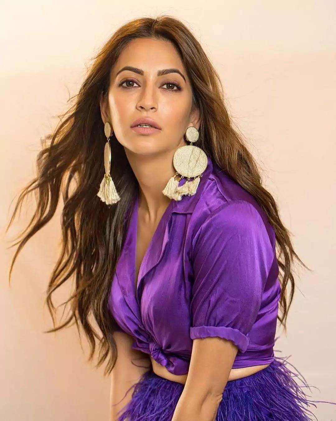 kriti-kharbhanda-hot-looks-in-purple-outfit
