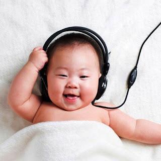 Foto gambar bayi lucu mendengarkan musik 8