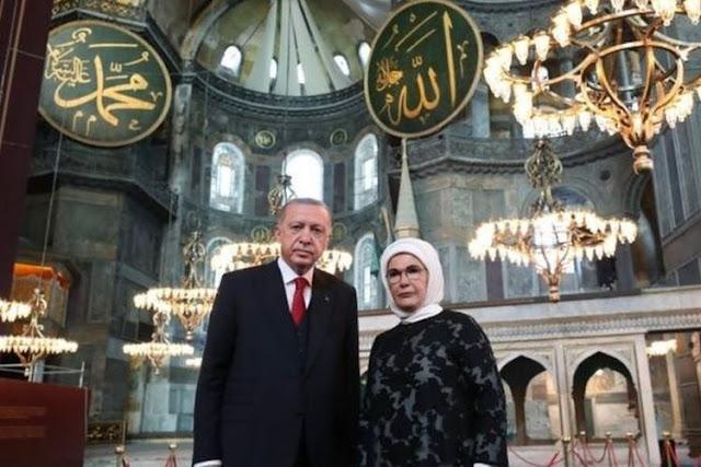 Presiden Turki Recep Tayyip Erdogan dan istrinya berfoto di dalam Hagia Sophia