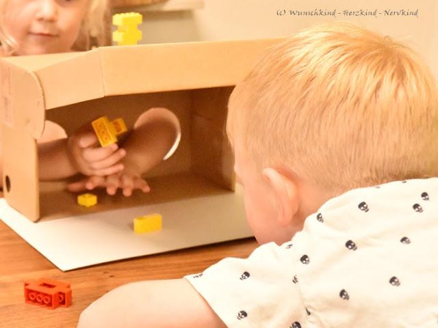 Lernen mit Lego. Bauen ohne die Augen zu nutzen. Durch das reine Fühlen der Bausteine, stellt dieser Lego Fühlkasten eine neue Herausforderung da. Das räumliche Sehen und Denken wird nun stark beansprucht und Geduld und Konzentration wird benötigt.