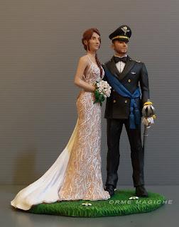 statuine sposi cake topper sposa con abito personalizzato decorato semitrasparente e bouquet sposo in uniforme con sciarpa azzurra orme magiche
