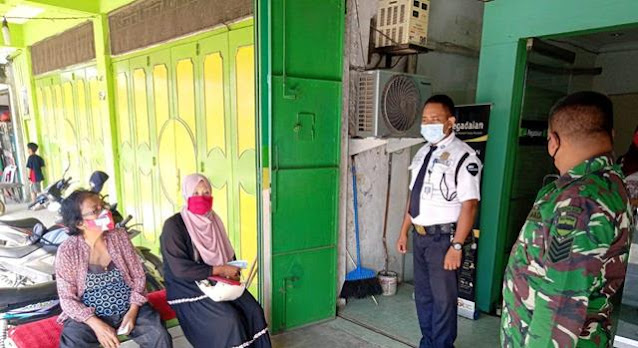 Tempat Keramaian Personel Jajaran Kodim 0207Simalungun Laksanakan Penegakan Disiplin Protokol Kesehatan