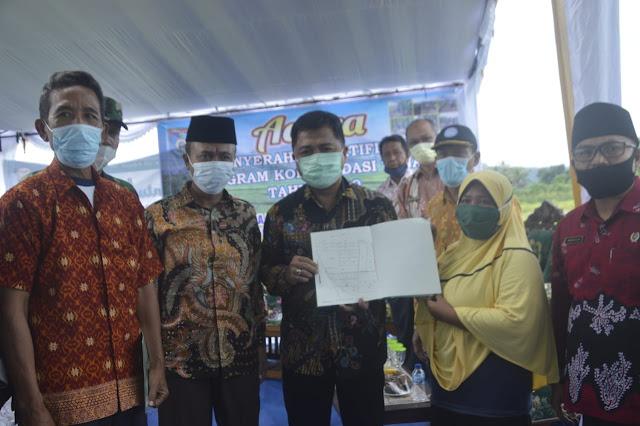 Bupati Lombok Barat Serahkan Sertifikat POKT Untuk Warga Desa Jembatan Kembar