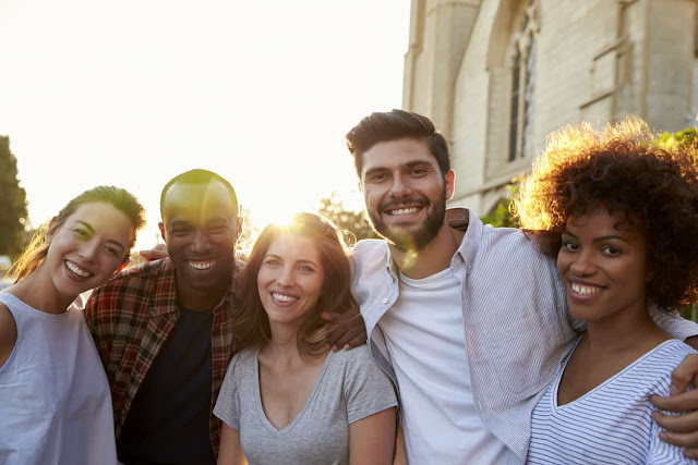 grupa-mladih-srecnih-tinejdzera-druzenje-sreca