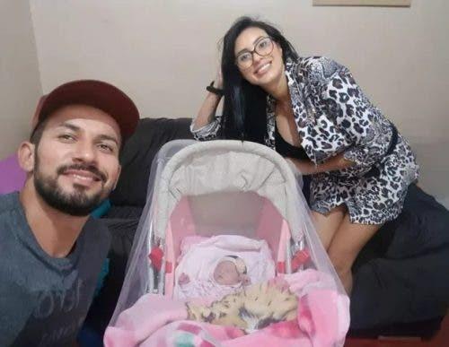 Se hace cargo del bebé de su novia y lo critican en redes