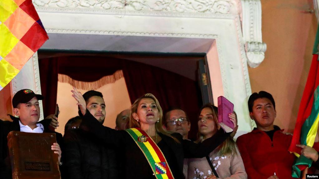 La senadora Jeanine Áñez habló a los bolivianos después de declararse presidenta interina de Bolivia, en el balcón del Palacio Presidencial, en La Paz, Bolivia, el 12 de noviembre de 2019 / REUTERS