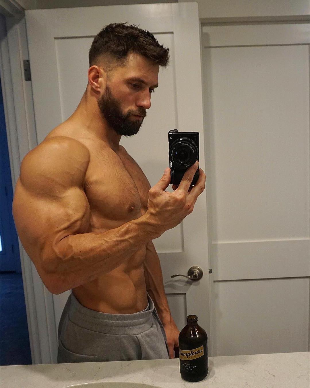 hot-bearded-guys-huge-swole-biceps-selfie