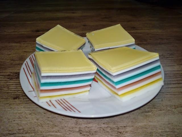 warstwowiec mleczno - galaretkowy ciasto na zimno z galaretek ciasto mleczno galaretkowe pasiak mleczno galaretkowy teczowe ciasto kolorowe ciasto ciasto dla dzieci