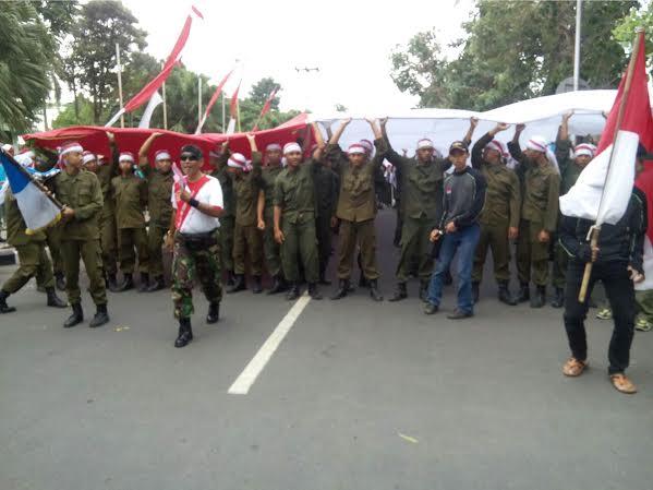 Kibarkan Bendera Merah Putih Raksasa Di Puncak Gunung