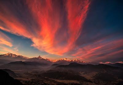 Brutal paisaje con cielo anaranjado y montañas